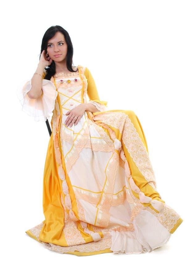 Mujer en alineada medieval amarilla sobre blanco imagenes de archivo