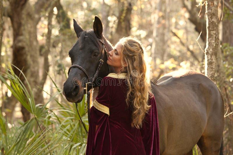 Mujer en alineada medieval con el caballo imagen de archivo