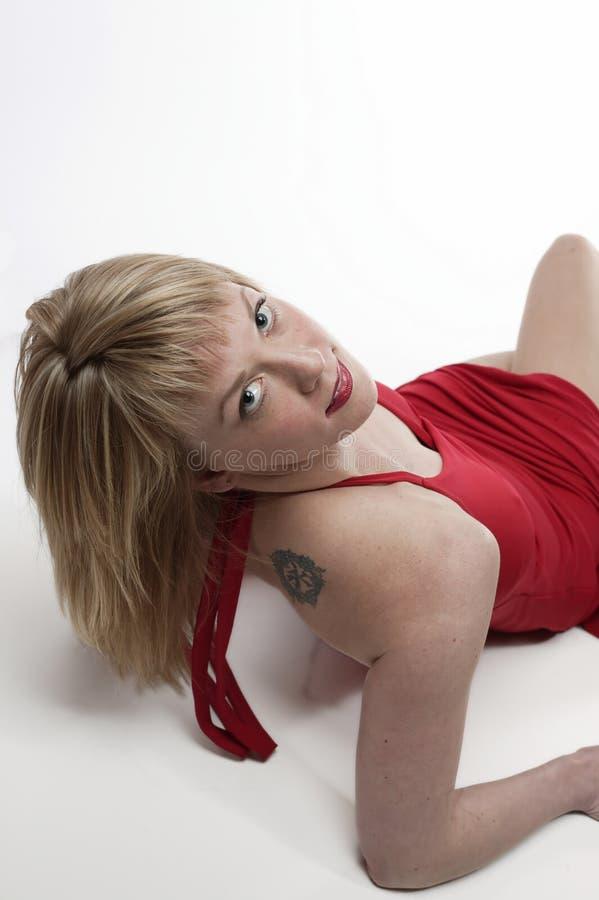 Mujer en alineada roja fotos de archivo