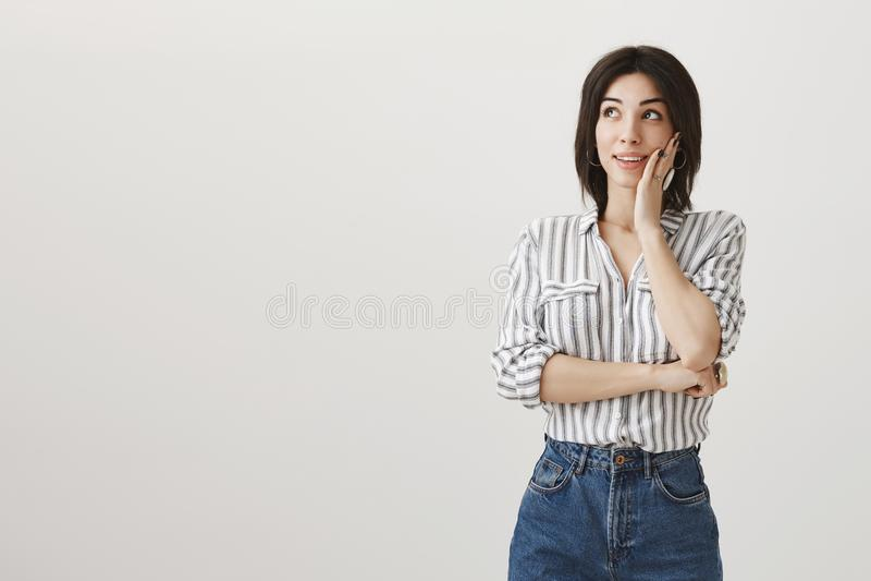 Mujer en amor que suspira mientras que recuerda su fecha pasada Mujer caucásica adulta atractiva con el pelo oscuro corto en eleg imágenes de archivo libres de regalías