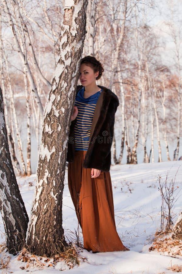 Mujer en arboleda hivernal del abedul fotografía de archivo libre de regalías