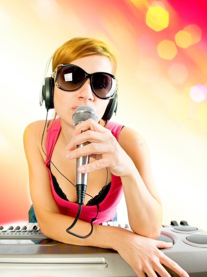 Mujer en auriculares foto de archivo libre de regalías