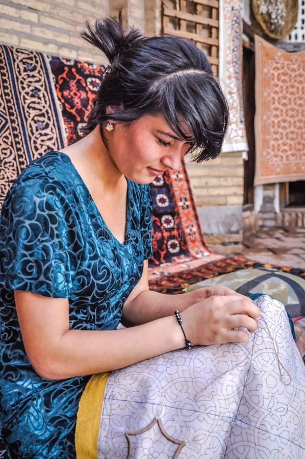 Mujer en azul en Uzbekistán imagen de archivo libre de regalías
