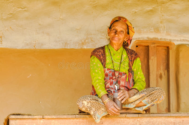 Mujer en banco en Nepal imagen de archivo
