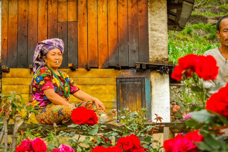 Mujer en banco en Nepal imagen de archivo libre de regalías