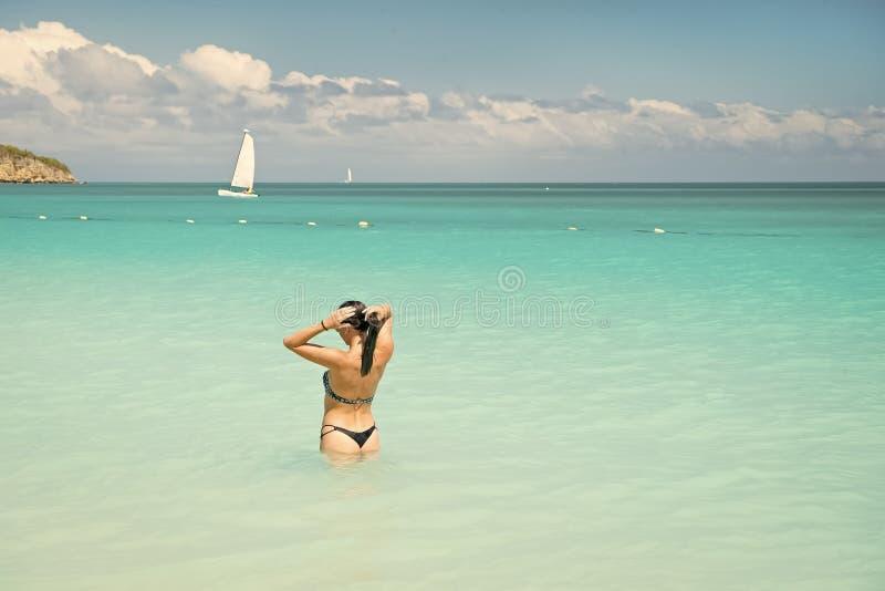Mujer en bikini atractivo en la playa del mar en Antigua imagen de archivo libre de regalías