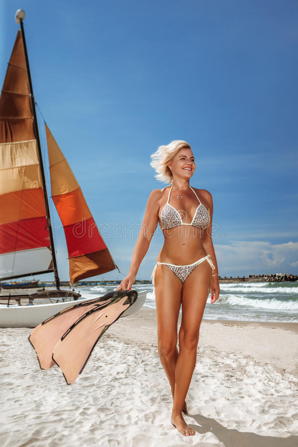 Mujer en bikini con el yate imagenes de archivo