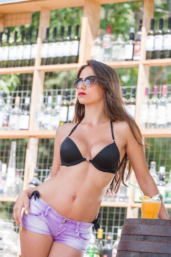 Mujer en bikini en la barra de la playa del verano fotos de archivo libres de regalías