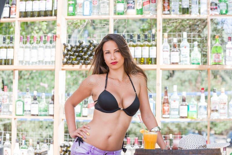 Mujer en bikini en la barra de la playa del verano imagenes de archivo