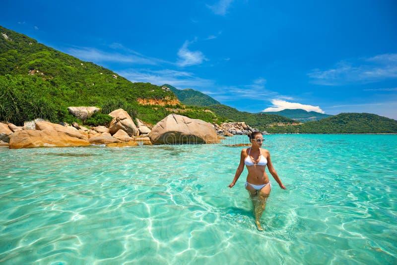 Mujer en bikini en la playa tropical fotos de archivo