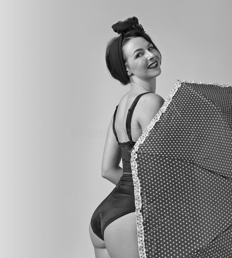 Mujer en bikini negro con el paraguas imágenes de archivo libres de regalías