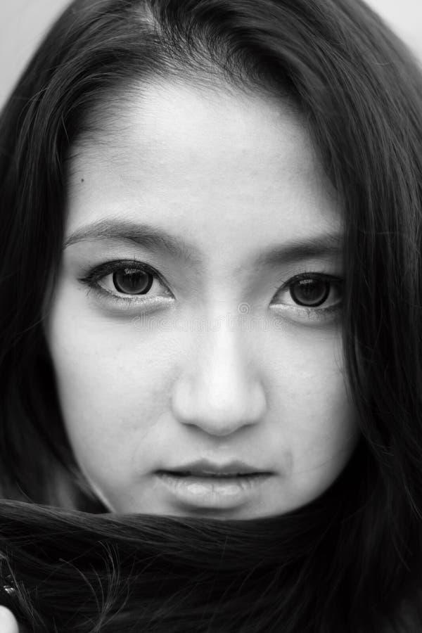 Mujer en blanco y negro imágenes de archivo libres de regalías