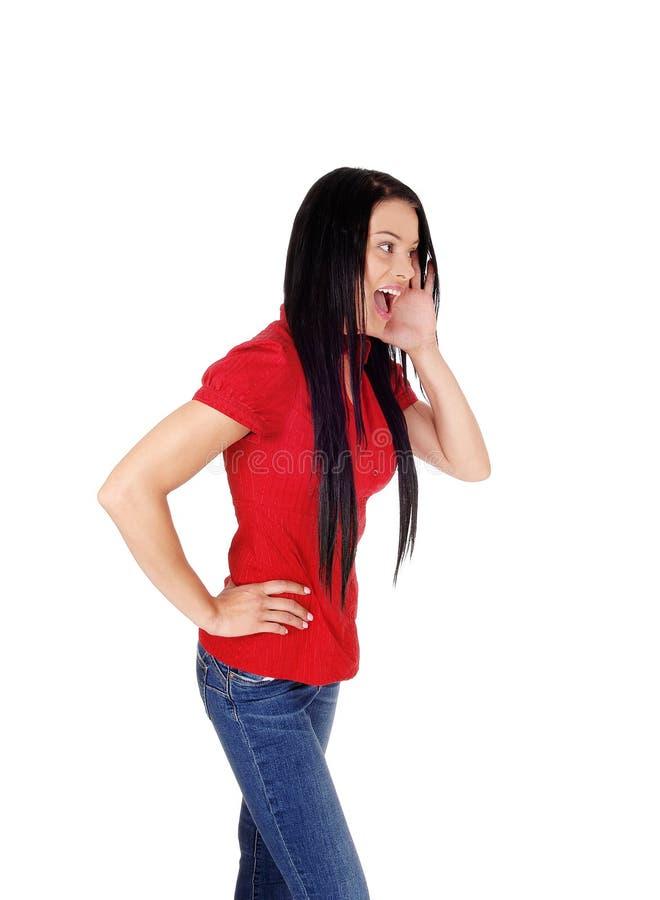 Mujer en blusa roja y pelo negro que grita fotos de archivo libres de regalías
