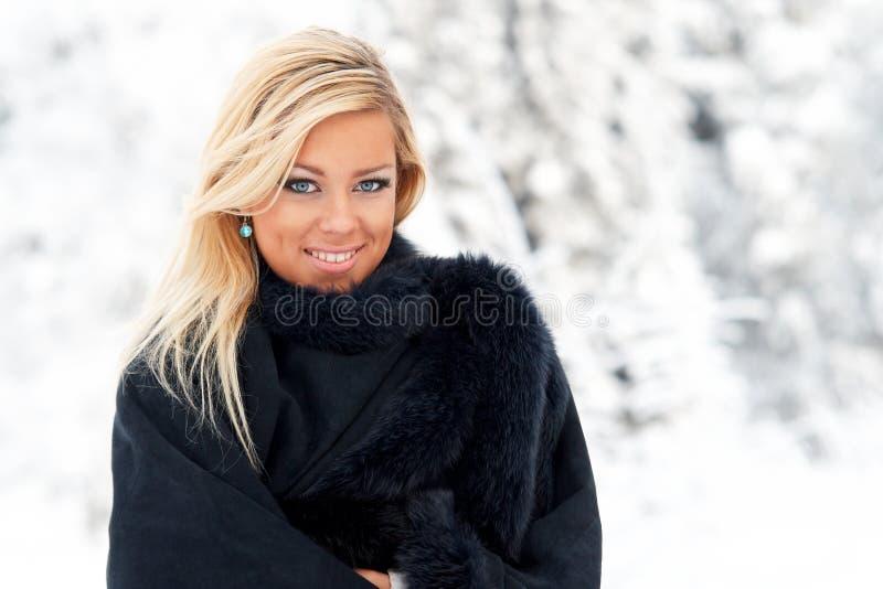 Mujer en bosque del invierno imagen de archivo