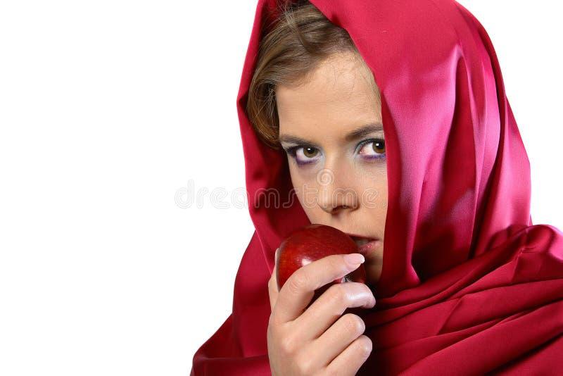 Mujer en bufanda roja con la manzana imágenes de archivo libres de regalías