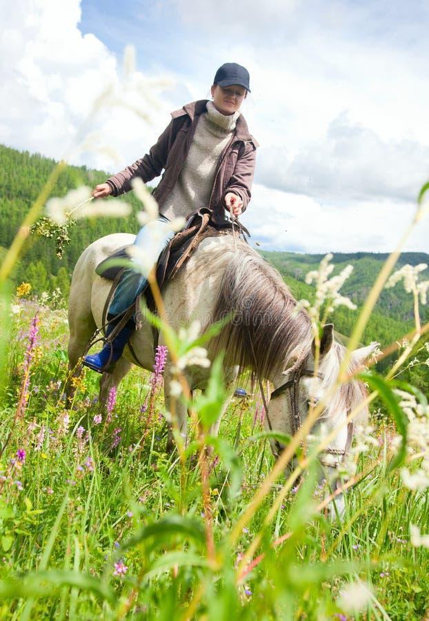 Mujer en caballo foto de archivo libre de regalías