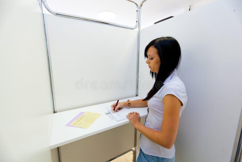 Mujer en cabina de votación imágenes de archivo libres de regalías
