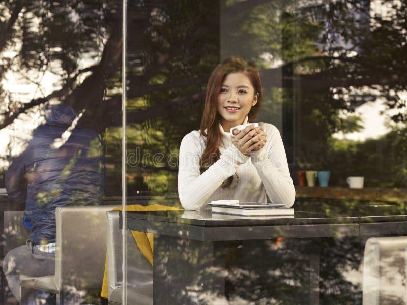 Mujer en café fotos de archivo