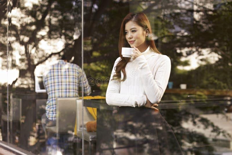 Mujer en café foto de archivo
