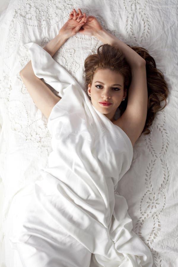 Mujer en cama imagen de archivo libre de regalías