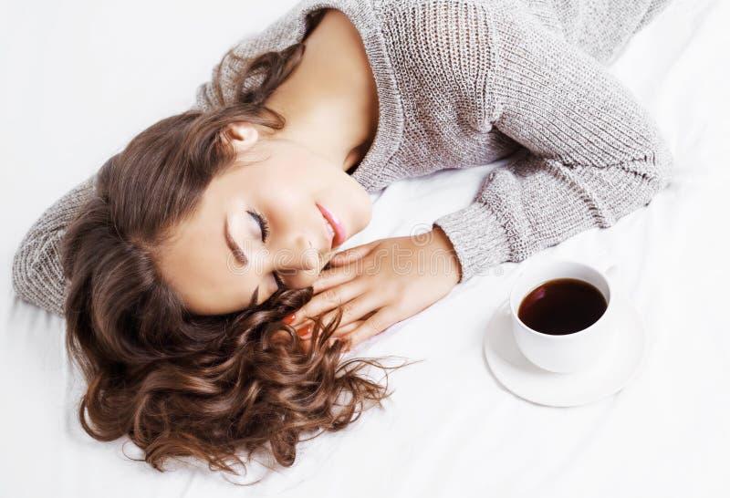 Mujer en cama con café imagen de archivo libre de regalías