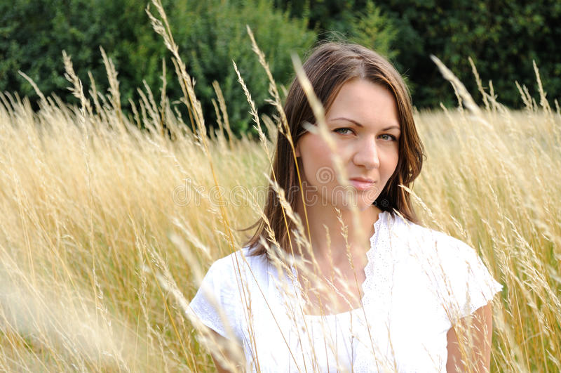 Mujer en campo de maíz imagen de archivo