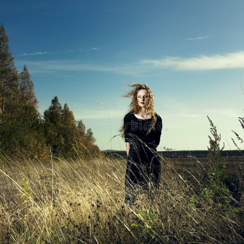 Mujer en campo de trigo imagen de archivo libre de regalías