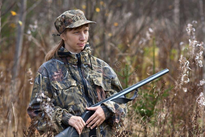 Mujer en camuflaje en la caza en bosque del otoño fotos de archivo libres de regalías