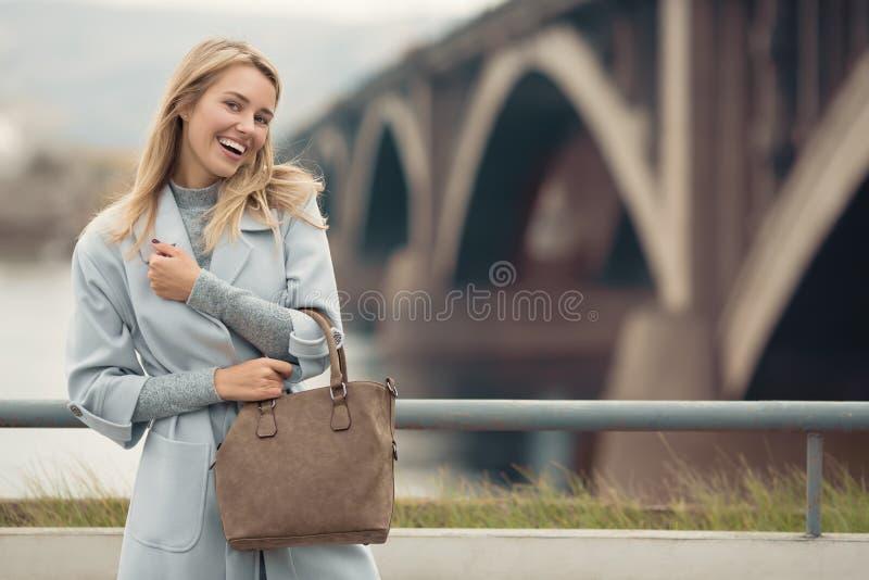 Mujer en capa azul Fondo de la ciudad del otoño fotos de archivo libres de regalías