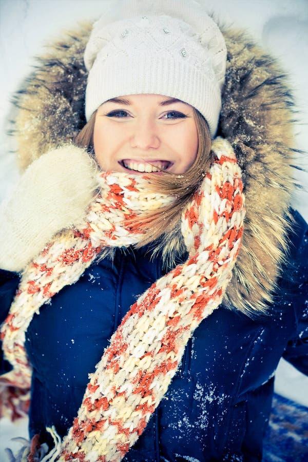 Mujer en capa hivernal foto de archivo