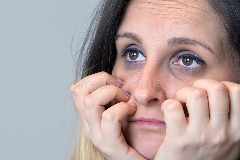 Mujer en cara del griefclose-up de una muchacha emocionada en perfil aislante foto de archivo