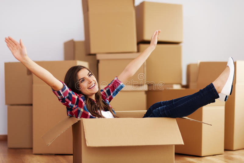 Mujer en cardbox foto de archivo