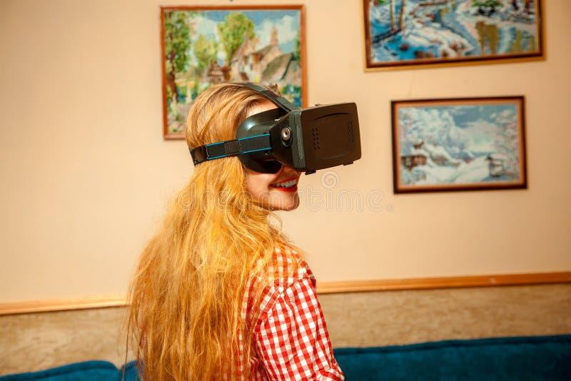 Mujer en casco de la realidad virtual fotografía de archivo libre de regalías