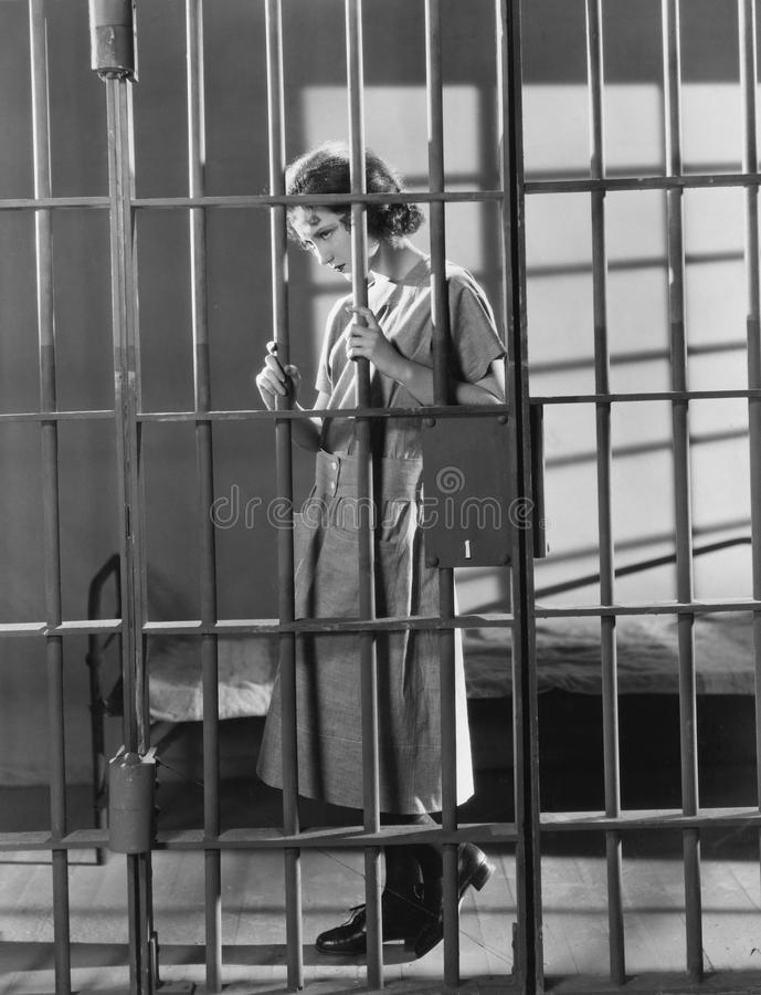 Mujer en celda de prisión (todas las personas representadas no son vivas más largo y ningún estado existe Garantías del proveedor fotografía de archivo libre de regalías