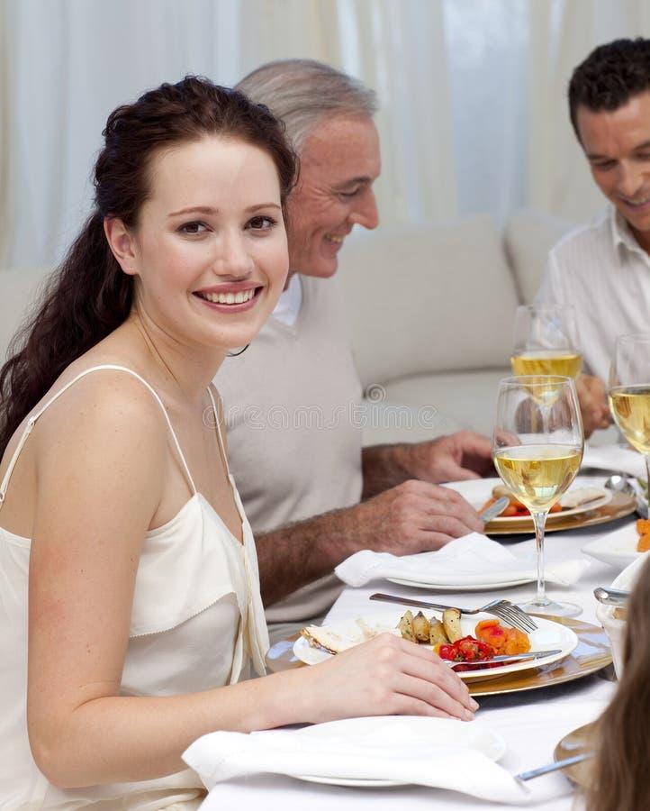 Mujer en cena de la Navidad con su familia