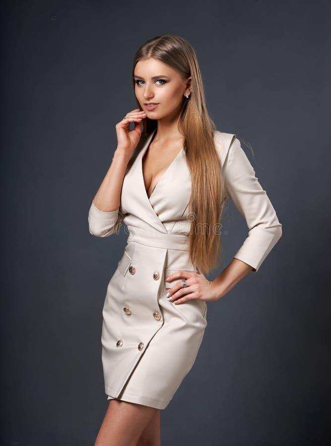 Mujer en chaqueta beige del vestido imágenes de archivo libres de regalías