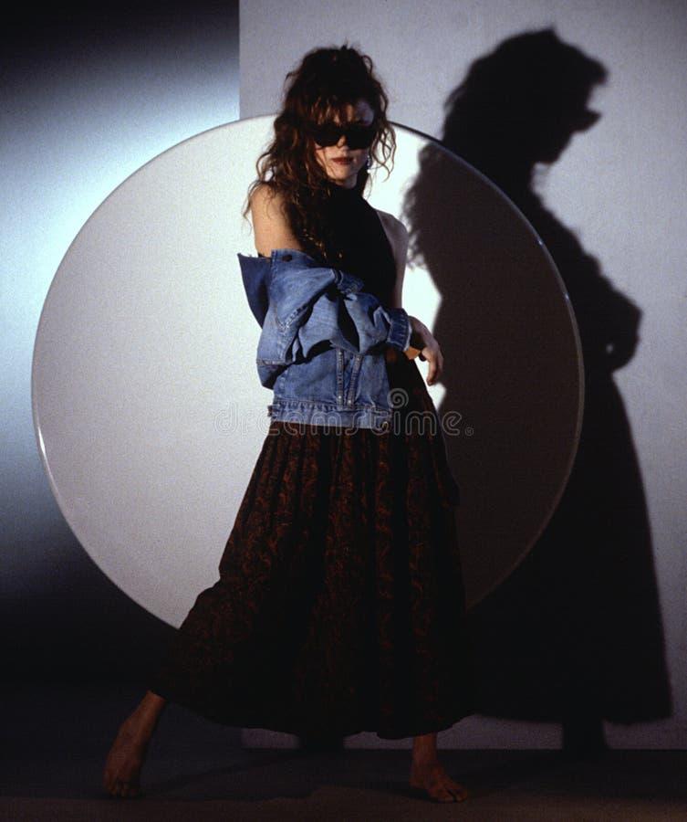 Mujer en chaqueta del dungaree imagenes de archivo