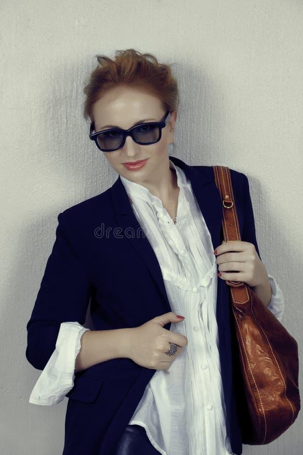Mujer en chaqueta negra con el bolso de cuero. fotos de archivo libres de regalías