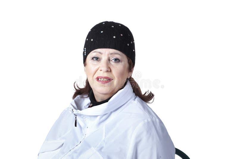 Mujer en chaqueta y casquillo de los deportes imagen de archivo libre de regalías