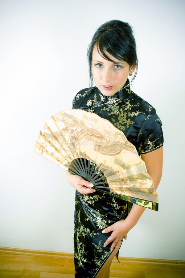 Mujer en chino alineada con el ventilador imagenes de archivo