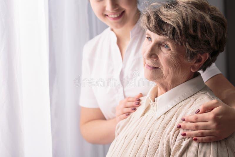 Mujer en clínica de reposo foto de archivo