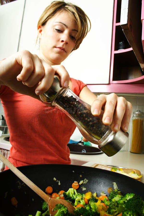 Mujer en cocina imagenes de archivo