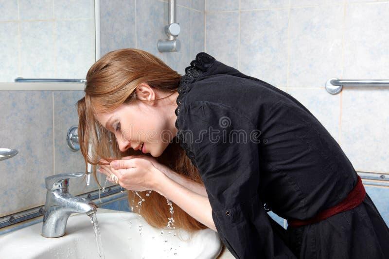 Mujer en colada del baño encima de la cara foto de archivo libre de regalías