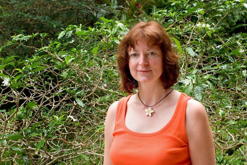 Mujer en collar del Gardenia foto de archivo libre de regalías