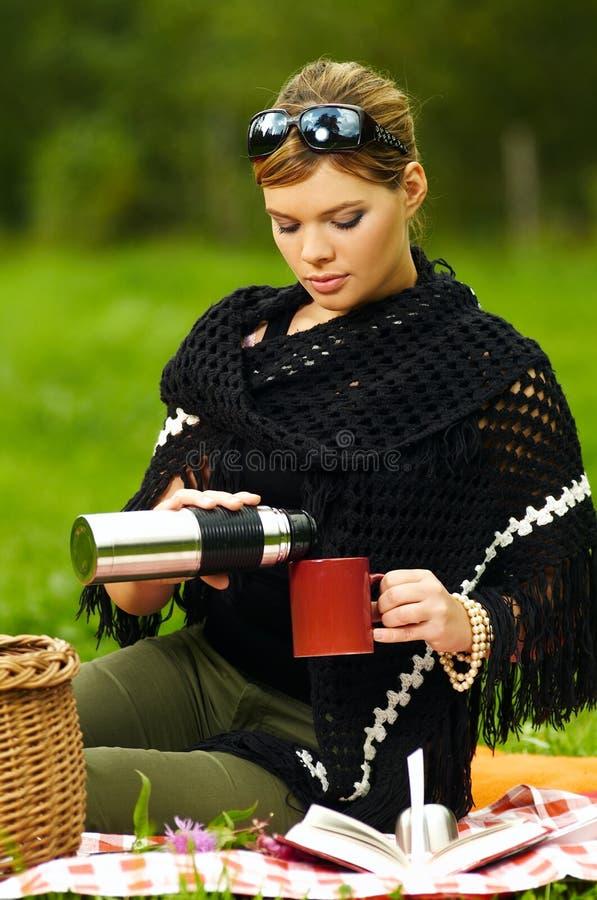 Mujer en comida campestre fotografía de archivo