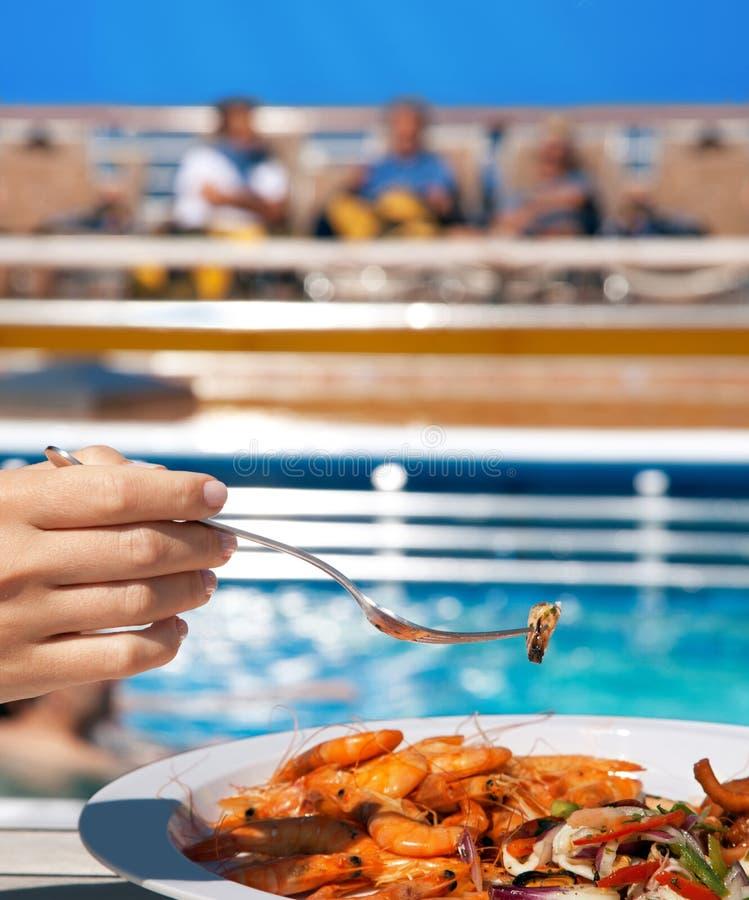 Mujer en cubierta que come el coctel de los mariscos fotos de archivo
