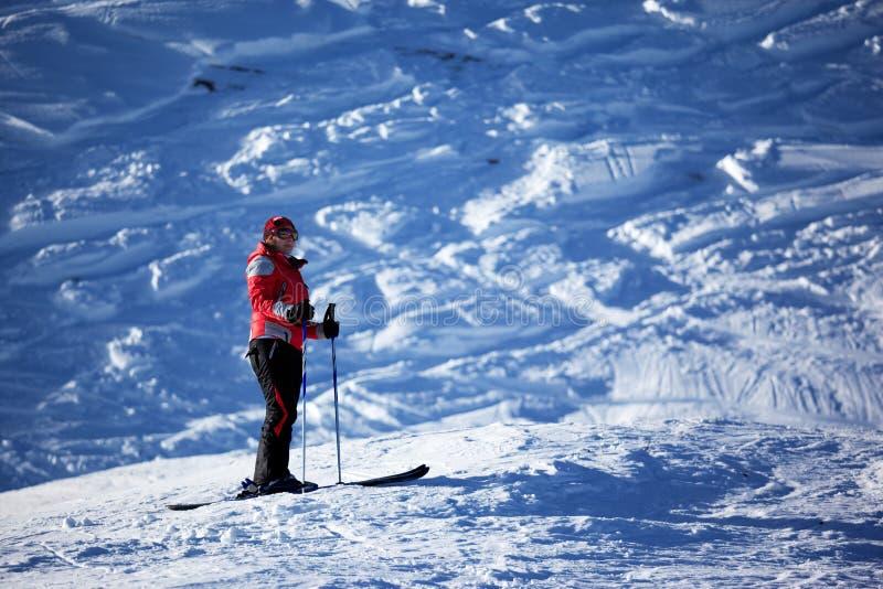 Mujer en cuesta del esquí fotografía de archivo