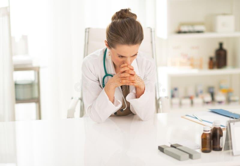 Mujer en cuestión del médico que se sienta en oficina imagenes de archivo