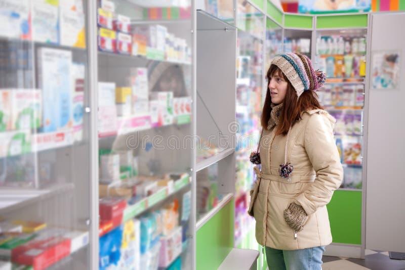 Mujer en droguería de la farmacia fotografía de archivo libre de regalías