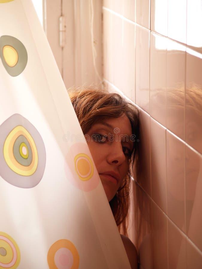 Mujer en ducha imagen de archivo